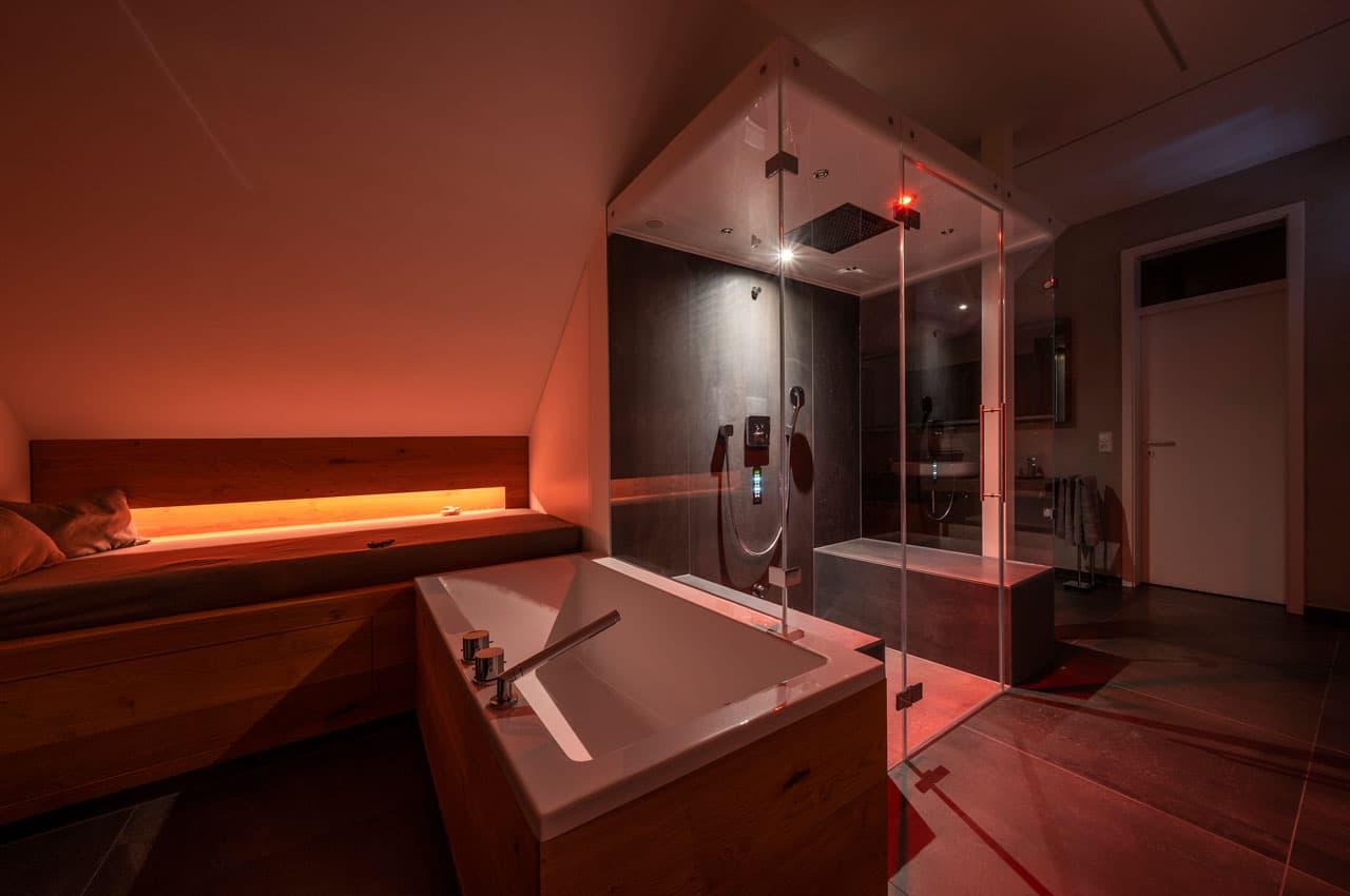 Dampfbad Zuhause mit farbigem Licht