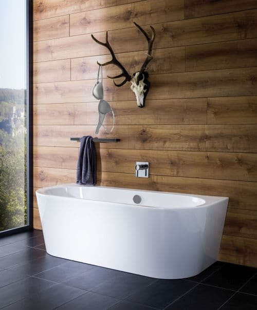 Wandanliegende Badewannen wirken wie freistehende Badewannen im Bad.
