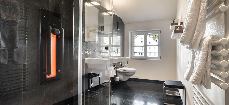 Das Infrarotpaneel Bilbao macht aus der Dusche eine Infrarotdusche im Gasthaus Krone, La Punt, Schweiz